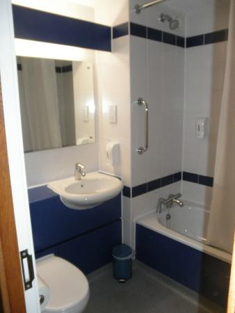 Travelodge Cambridge Central Hotel : Bathroom, gets the job done