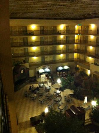 Embassy Suites by Hilton Seattle North Lynnwood : 20 minutes from the Space Needdle and Pike's Market. Well worth checking out!