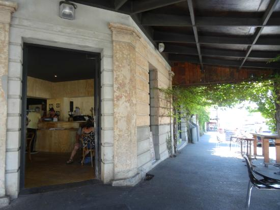 Koukla Cafe & Pizzeria: Koukla and the lovely vine-covered outdoor seating area