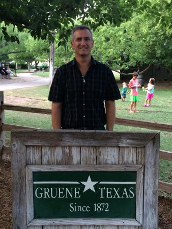Gruene River Grill: Fun time looking around the grill courtyard.