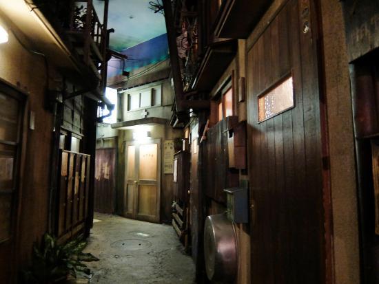 Shinyokohama Ramen Museum: aisles around the stalls