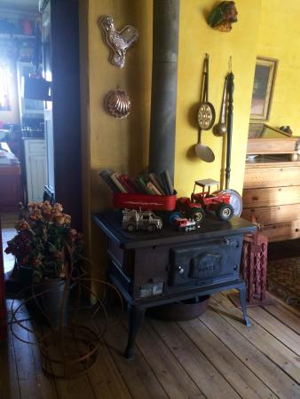 De Oude Huize Yard: Pretty Dover Stove keeping the house warm in cold Harrismith winters