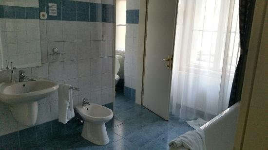 Hotel Kalvin House : Big bathroom