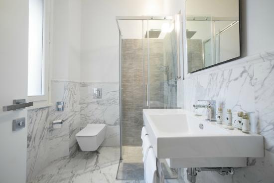 Hotel Boston: bagno completo di cabina doccia, set cortesia e phon