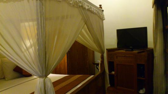 Diwangkara Beach Hotel & Resort : bed
