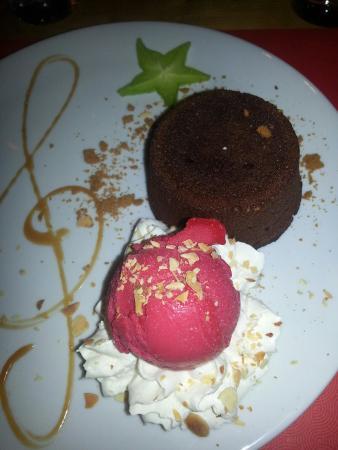 Avancher Restaurant & Bar : Chocolate lava cake with raspberry sorbet
