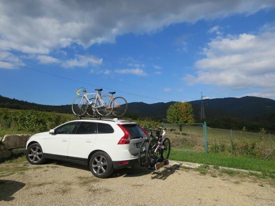 Cavarchino B&B: Parkplatz - hier ein Teilnehmer der Eroica
