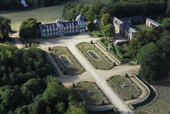 Becherel, France: Vue aérienne des parterres à la française