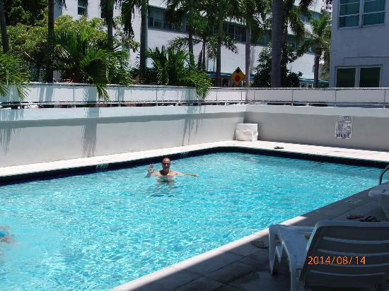 Crest Hotel Suites: Piscina depois da praia