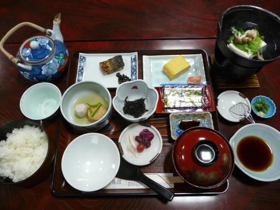 Matsumoto Ryokan: たっぷりの朝食は皆さんと大広間で頂きます。