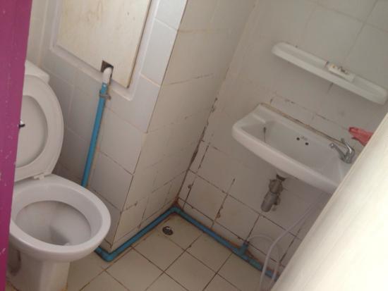 Sawasdee Bangkok Inn: Toilet and shower