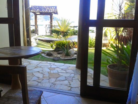 Pousada Caicara : Vista do jardim a partir do salão de café/recepção.