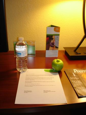 Courtyard Burlington Williston: Welcome letter, free bottle of water and an apple!