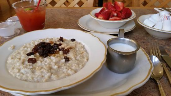 The Cottage Restaurant: Oatmeal and fresh strawberries