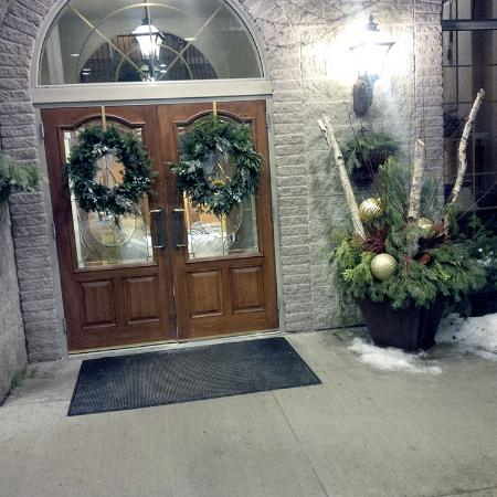 Stone Gate Inn: Hotel Front Entrance (January 18, 2015)