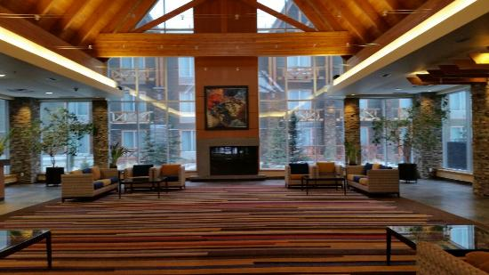 Radisson Hotel and Convention Centre: Inside front lobby. Building 2 is through the windows there.