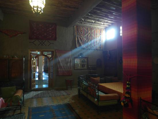 Guest House Merzouga: Morning light in lounge