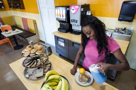 USA Hostels Hollywood: Guests enjoy a daily free breakfast of baked goods, fresh fruit, all-you-can-make pancakes plus.