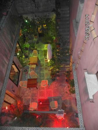 Hotel Elimo: Um lounge, visto do corredor que dá para os quartos.