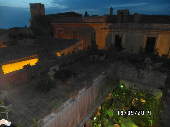 Hotel Elimo: Vista do terraço e do casarão em que fica o hotel.