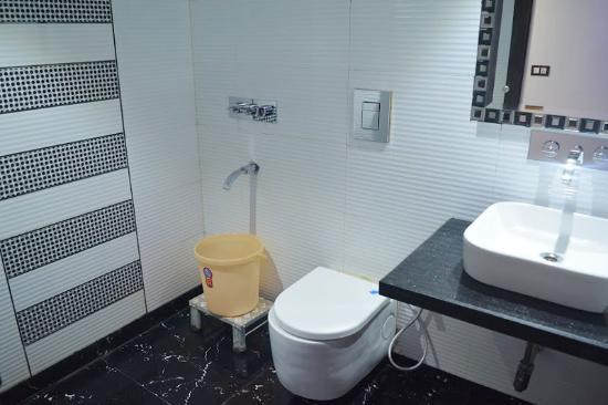 Hotel Sun International: washroom