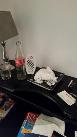 Aleksandra Hotel: bicchieri e cartacce nella stanza da 3 giorni e nessuno pulisce. ho comprato deodorante per pote