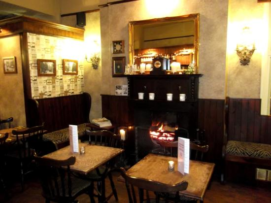 Red Lion Hotel : The small bar and its nice little fire
