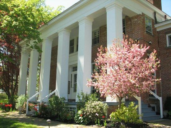 Cromwell Manor Historic Inn: Springtime at the Cromwell Manor Inn