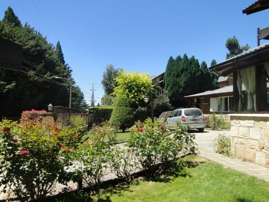 Jardin fotograf a de bungalows amulen apart hotel san for Jardin 61 bariloche