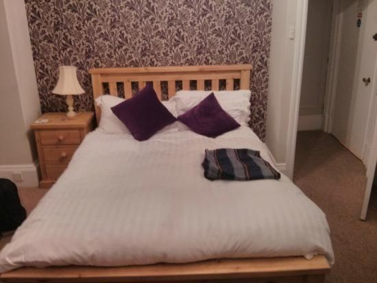 Holmwood House: Comfortable and clean bed.