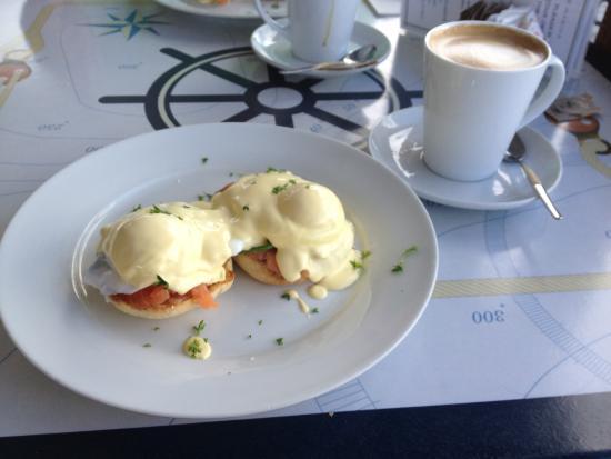 Paradise Marina Cafe: Eggs Benedict