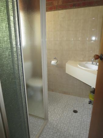 Pevensey Motor Lodge: nicely furnished bathroom
