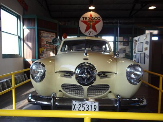 Arizona Route 66 Museum: Carro raríssimo em exposição junto com placa antiga da Texaco