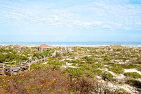 Hibiscus Oceanfront Resort: Long boardwalk on property