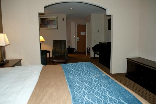 Comfort Inn & Suites: Room 318 from bedroom area to living area