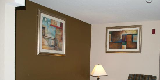 Comfort Inn & Suites: Room 318 weirdly hung photos in living area