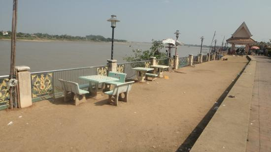 Nong Khai Province, Thái Lan: Nong Khai's riverside walkway. Lacking a little upkeep and maintenance.