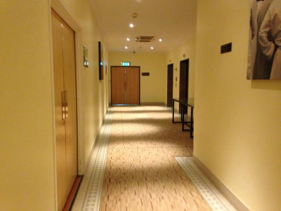 Radisson Blu Hotel, Muscat : Lobby from lift to leisure centre to pay and collect towels