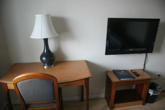 Long Beach, WA: Desk and Flatscreen