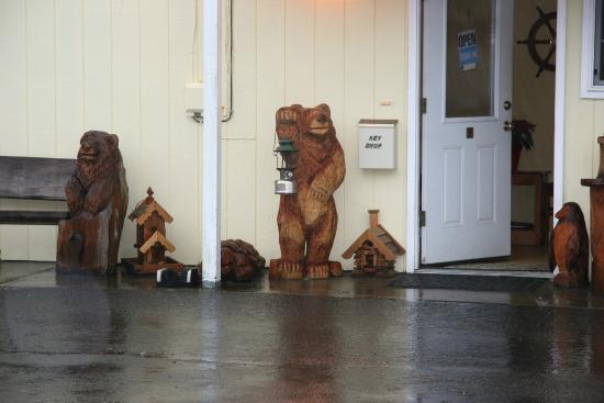Long Beach, WA: Bear Carvings and Birdhouses by Zola