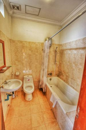 Check Inn Siem Reap: Big bathroom with full size tub and great shower.