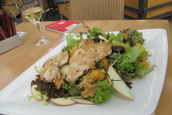 Moevenpick Potsdam Zur Historischen Muehle : Grilled chicken breast with fresh leaf salads grapes apples