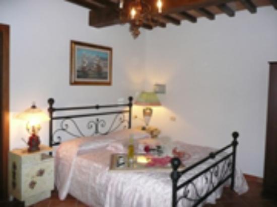 Arredamento Toscano Rustico : Cucina di uno degli appartamenti e si può notare l arredamento che