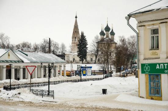 Nerekhta, Russland: Вид на церковь Богоявления и торговые ряды