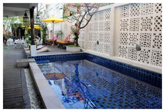 At Niman Conceptual Home: บริเวณสระว่ายน้ำ