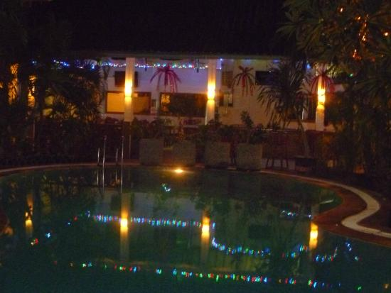 Secret Garden Inn: pool/hotel at night
