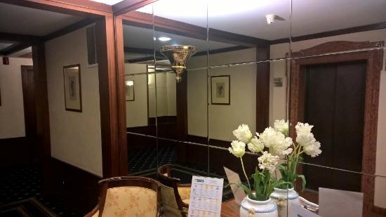 Leonardo Hotel Milan City Center: First Floor lobby