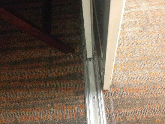 Residence Inn Bloomington by Mall of America: Great finish work, mirror off track and busted