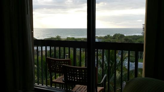 Hampton Inn Cocoa Beach/Cape Canaveral: View out the window from the bed in room 611.