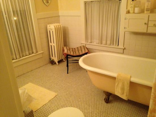 Pratt-Taber Inn: The bathroom in the Summer suite is huge. Deb provides really nice shampoo, lotion and soap.